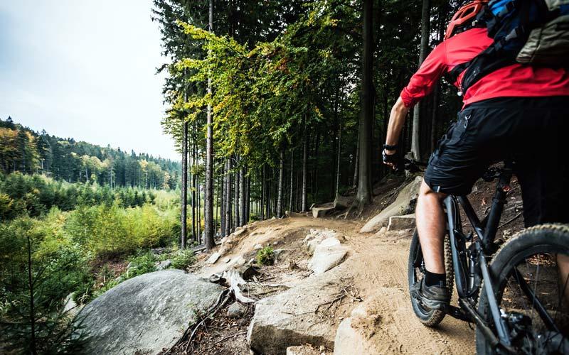 Cyklista na horskom bicykli