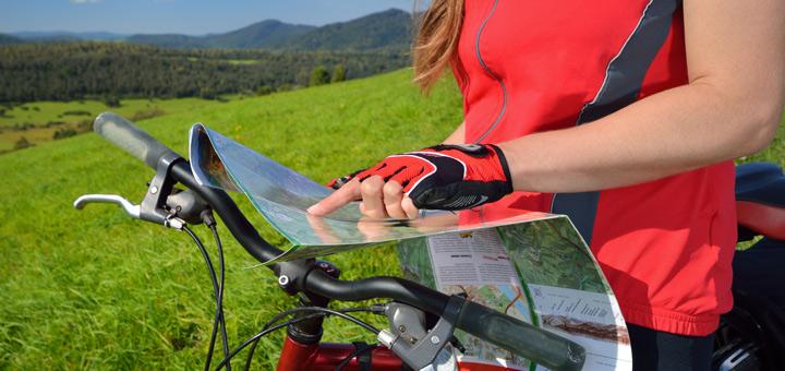 Cyklistka s mapou