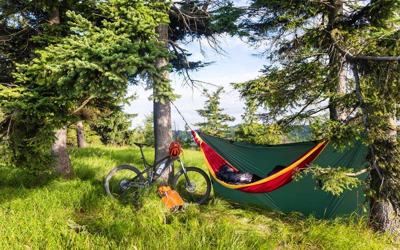 Hamak a bicykel v prírode