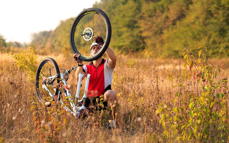 Opravovanie pokazeného kolesa na bicykli